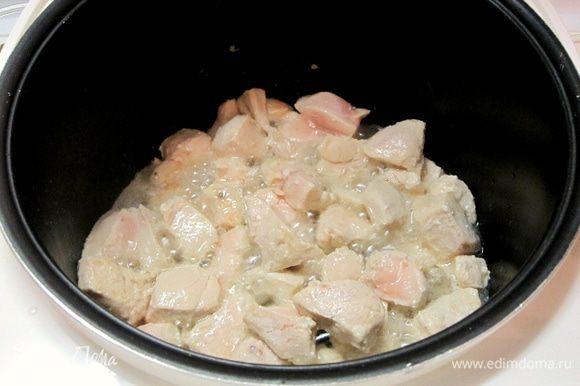 В чашу мультиварки влить растительное масло, выложить кусочки курицы. Включить программу «Выпечка» на 10 минут.