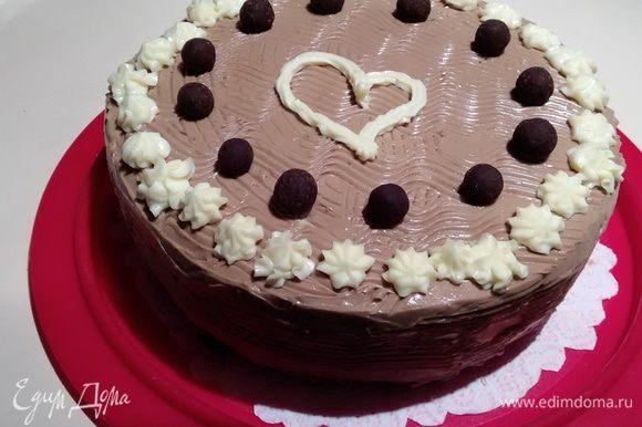 Ну и дальше — простор для личной фантазии. Я использовала остатки светлого крема и готовые трюфельные конфеты. Торт после оформления лучше поставить на некоторое время в холодильник. А если впереди ночь, то торт станет еще вкуснее!