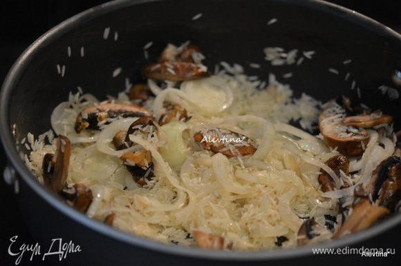 Добавить очищенные, нарезанные пластинками грибы. Готовим примерно 2 мин.