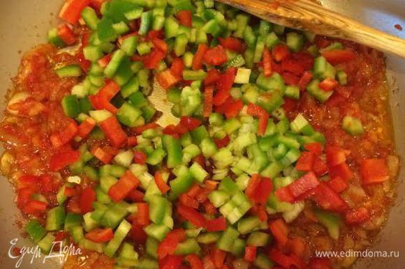Потушить лук до золотистого цвета, добавить томатную пасту, аджику и тушить 1-2 минуты, затем добавить остальные овощи и тушить еще пару минут.