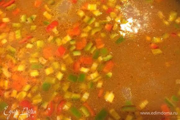Из бульона достать лавровый лист и добавить овощи. Варить 5 минут.