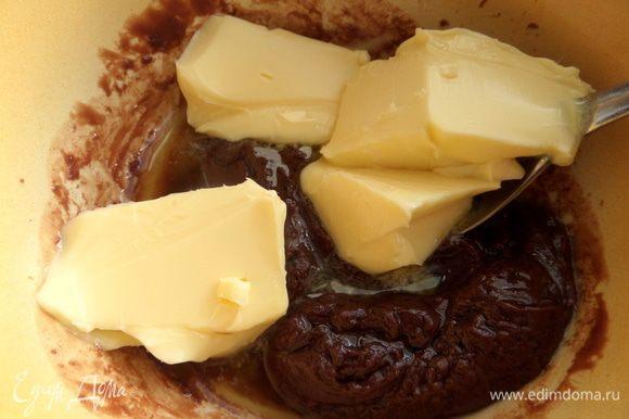 Вымешать мягкое масло с остывшим шоколадом.