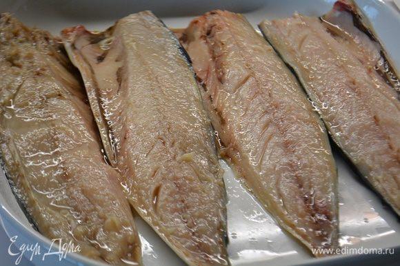 Скумбрию разделить на филе, лучше всего это делать когда рыба подморожена. Выложить в форму шкурой вниз и сбрызнуть соком лимона.