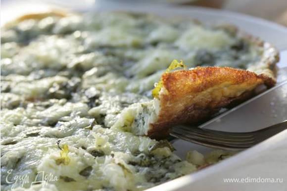 Присыпать омлет натертым сыром, сбрызнуть оливковым маслом, посолить, поперчить и отправить в разогретую духовку на 2–3 минуты — он должен быть хрустящим по краям и мягким в центре. Переложить омлет на большую подогретую тарелку и сразу подавать на стол.