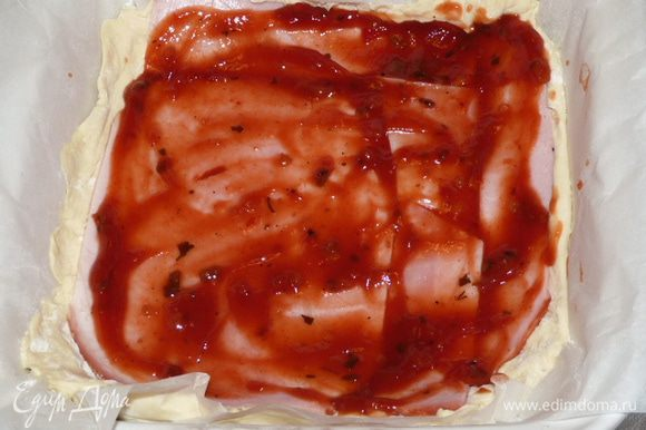 Смазать ветчину 2 ст. л. любого томатного соуса.