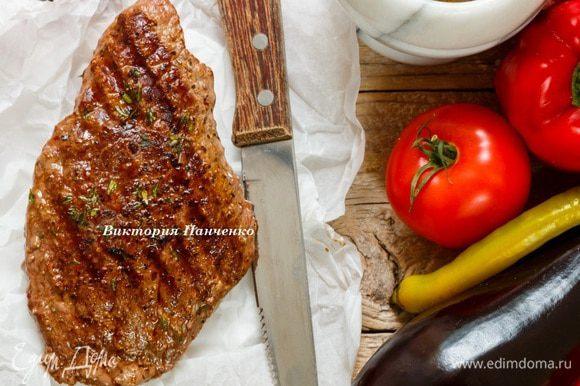 Болгарский перец нарезать крупной соломкой, баклажан колечками. Запечь в разогретой до 180°C духовке 12-15 минут. Стейк завернуть в пергамент или фольгу и дать «отдохнуть», пока овощи запекаются.