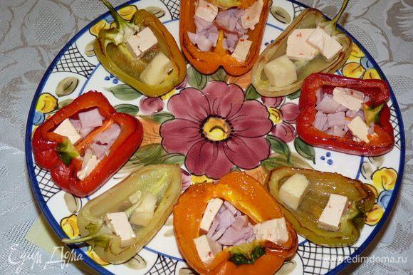 Разделить на две части — одни будут с сыром, другие с ветчиной, сыром и яйцами. В каждую «сырную лодочку» выложить по кусочку плавленого и твердого сыра. В «лодочки с яйцом» выложить по пару кусочков плавленого сыра, измельченную ветчину и горчицу.