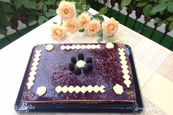 А это — торт уже проделавший час пути по жаре и по не очень хорошей дороге, но выдержал. Приятного аппетита!