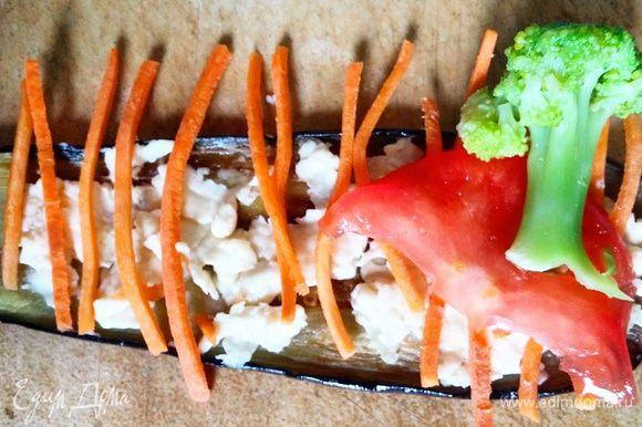 На полоску баклажана выложить сыр с чесноком, а затем овощи, как на фото. Скрутить рулет, начиная со стороны брокколи.
