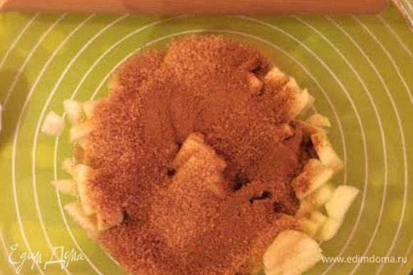 Начинка: яблоки мелко нарезать, смешать с сахаром и корицей.