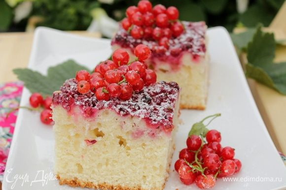 Пирог посыпать сахарной пудрой, нарезать на кусочки.