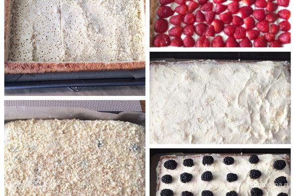 А это сборка нижнего яруса, также можно посмотреть мой рецепт: http://www.edimdoma.ru/retsepty/81017-iyulskiy-tort. Единственное отличие — это форма и использование других ягод. Собранный торт отправляем в холодильник.