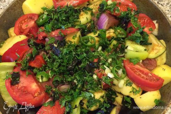 В сковороду налить оливковое масло, выложить мясо с овощами, сверху положить дольки помидора, 2 ст. л. зелени с чесноком и 1 ч. л. чабера.