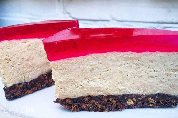 Автор предлагает украсить чизкейк растопленным белым шоколадом. Я решила залить его вишневым желе. Приятного аппетита!