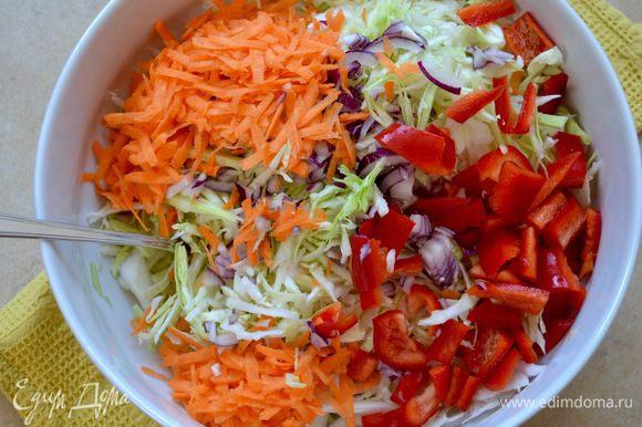 Добавить в миску салатом остальные овощи; натертую на крупной терке морковь и нарезанный небольшими кубиками сладкий перец.