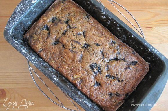 Готовый кекс достаем из духовки и некоторое время остужаем прямо в форме (минут 15).