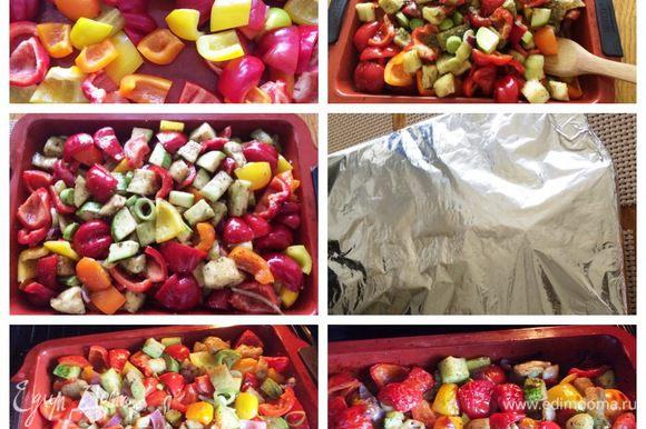 В форму для выпекания складываем все нарезанные овощи. Посолить, поперчить по вкусу. Полить маслом, примерно 100 — 150 мл, у меня оливковое, можно подсолнечное. Посыпать по желанию орегано или другими любимыми травками. Еще раз все тщательно перемешать. Накрыть форму фольгой и отправить овощи выпекать минут 30, при температуре 160 — 180°С. Спустя 30 минут снять фольгу и дать овощам подрумяниться еще минут 10 — 15 (следим за духовкой).