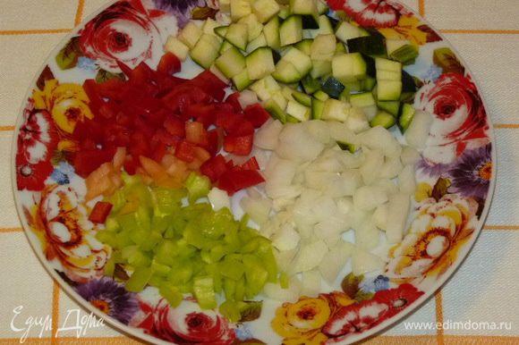 Тем временем овощи нарезать кубиками. Цукини посолить. Немного болгарского перца оставить для украшения.