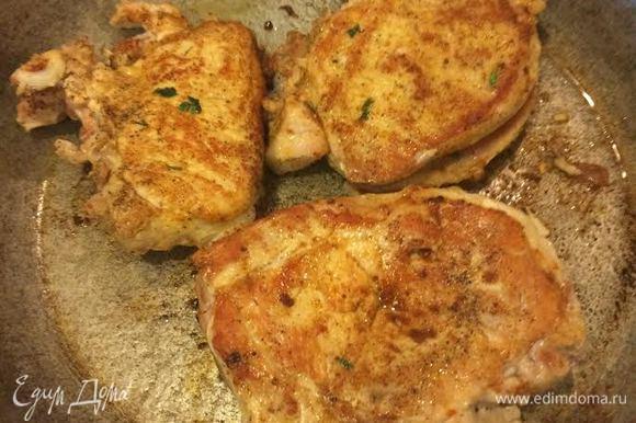 Духовку нагреть до 180°С. Сковороду разогреть, добавить 2 ст. л. масла и обжарить мясо на сильном огне с двух сторон. (по 3 — 4 мин с каждой стороны). Затем эту же сковороду закрыть фольгой и отправить мясо в духовку, жарить до готовности.