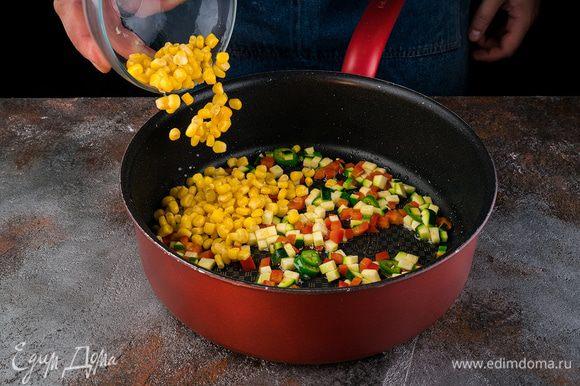 Разогреть в сковороде 2 ст. ложки оливкового масла и обжарить перец. Цукини, нарезанный кубиками перец чили и кукурузу и выложить к перцу.