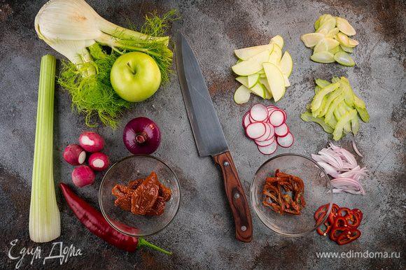 Тонко нарезать сельдерей, фенхель, лук, редис, вяленные томаты. Яблоко прямо с кожурой нарезать дольками самыми тонкими и сбрызнуть лимонным соком.