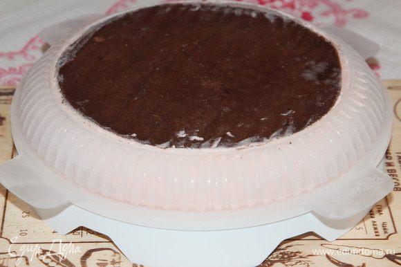 Собственно, сборка торта. Вынимаем форму из морозилки и освобождаем торт.