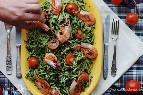 Выложите пасту в блюдо, добавьте нарезанные на четвертинки помидоры черри, нарезанные креветки и посыпьте все мелко порубленными листиками свежего базилика, посолите. Я брала фиолетовый базилик, чтобы добавить больше красок =) Приятного аппетита!