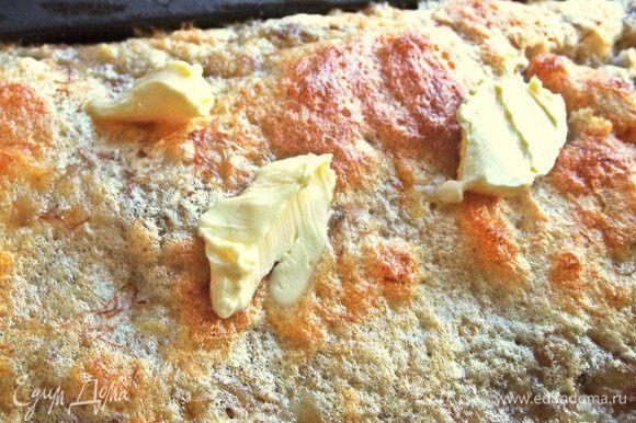 За 10 минут до готовности сверху положить кусочки оставшегося масла.