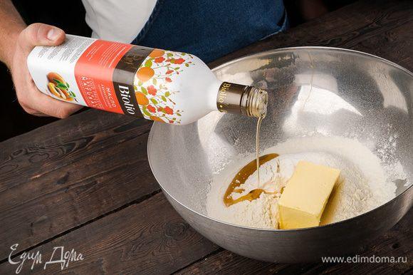 Предварительно охлажденное сливочное масло нарезать небольшими кусочками. В чаше соединить муку с разрыхлителем, сахар, абрикосовое и сливочное масло, все перемешать. Добавить мускатный орех, корицу, гвоздику и имбирь.