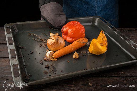 Сбрызгиваем все овощи чесночным маслом. Запекаем в духовке, разогретой до 180°С, до мягкости (20 — 25 минут).