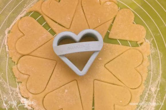 Остатки теста раскатать и вырезать печенье.