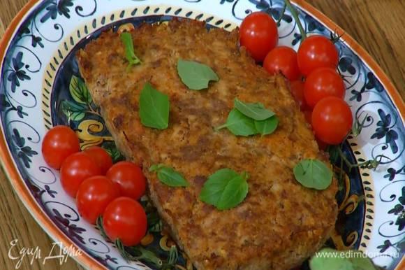 Готовую запеканку выложить на блюдо, украсить листьями базилика и помидорами на веточках.