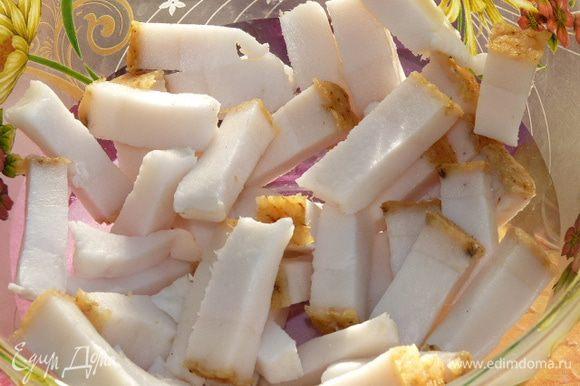 Свежее сало нарезать одинаковыми брусочками.