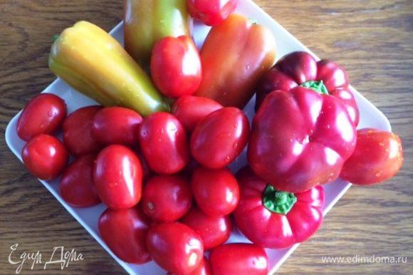Это ингредиенты для салата. Сложно уточнить, сколько помидоров или перца уйдет на одну банку, поэтому все делаем на глаз. Моем наши овощи. Также подготовим банки, в которые будем укладывать салат. Я использую литровые банки, нам как раз для всей семьи из 4 человек хватает на 1 раз. Можно закатывать и в 700-граммовые баночки, если семья поменьше. Для данного салата я покупаю упругие томаты — сливки, чтобы они не разварились при стерилизации, а также болгарский перец, и если есть, то кладу и гогошары (не обязательно).
