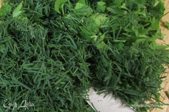 Зелень промыть в теплой кипяченой воде, обсушить и мелко нарезать.