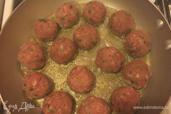 В сковороде разогреть 1 ст. л. сливочного и 1 ст. л. оливкового масла и обжарить тефтели со всех сторон.