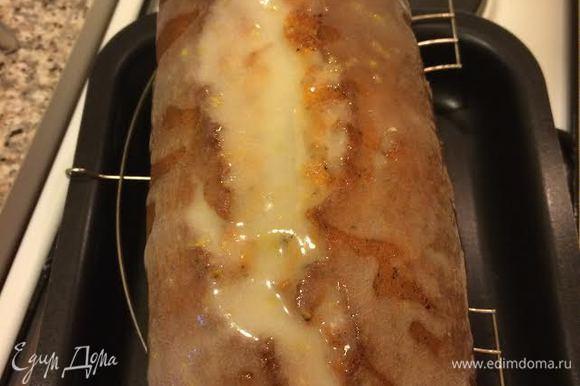 Полить остывший кекс глазурью.