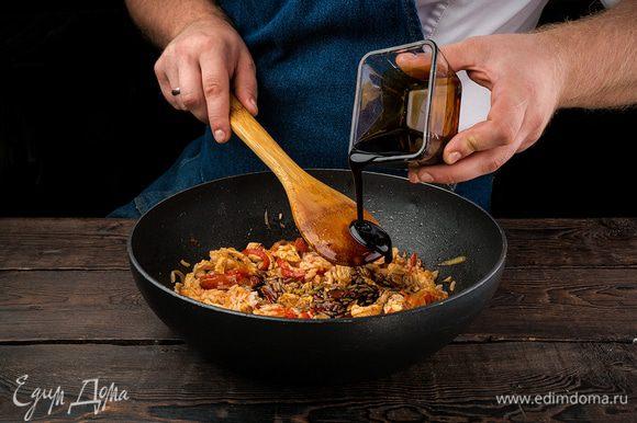 Добавляем соус терияки и специи по вкусу, не забудьте учесть уже соленый соус терияки.