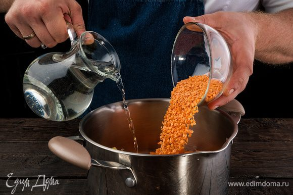 Промойте чечевицу и добавьте в кастрюлю. Залейте водой и варите с закрытой крышкой 1 ч. К концу варки посолите по вкусу, добавьте сладкий красный молотый перец и куркуму.