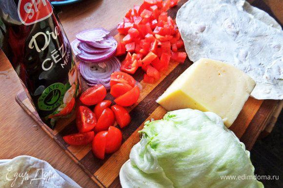 Продукты. Твердый сыр натереть, овощи нарезать.
