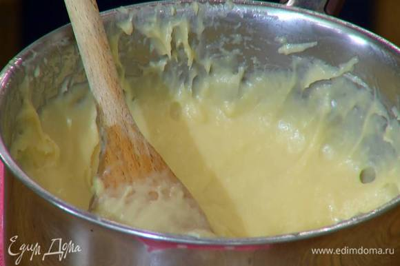 Яйца разбить, перемешать вилкой и небольшими порциями вливать в тесто, каждый раз тщательно вымешивая ложкой до получения гладкой, однородной и блестящей массы.