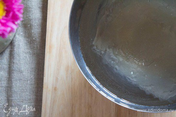 Тем временем замочим желатин на 10 минут в холодной воде до набухания (Не забываем смотреть инструкцию на упаковке).
