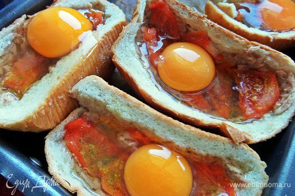 Вбить по одному яйцу в каждую порцию.