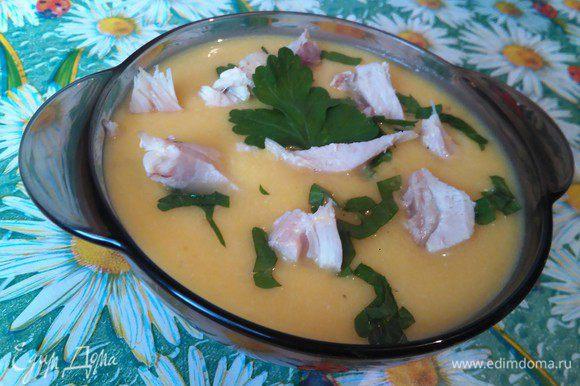 Отварную курицу нарезаем на кусочки и добавляем в суп, посыпаем зеленью. Суп получается очень нежным и вкусным.