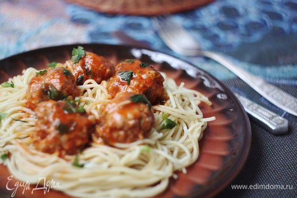 Подаем тефтели со спагетти, посыпав сверху свежей петрушкой.