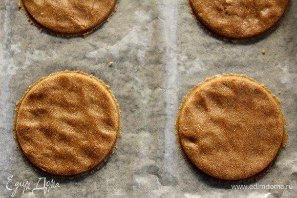 Разделим тесто на части и раскатаем, толщина 5 мм. Ставим выпекать на 15 минут в духовку, разогретую до 180°С.