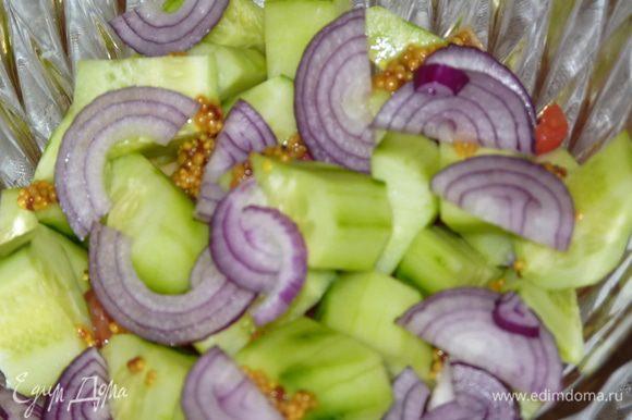 Лук нарезать полукольцами, добавить в салат.