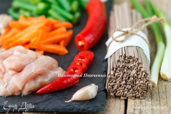 Филе индейки нарезать брусочками, морковь и стручковую фасоль — крупной соломкой, перец — колечками.