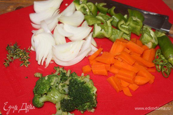 Подготовьте ингредиенты: нарежьте отваренные овощи, сладкий перец и перец чили, лук, промойте и обсушите тимьян (при необходимости). Нарежьте овощи достаточно большими кусочками. Для того, чтобы блюдо не превратилось в кашу и продукты сохранили больше свежести, а значит, и витаминов.