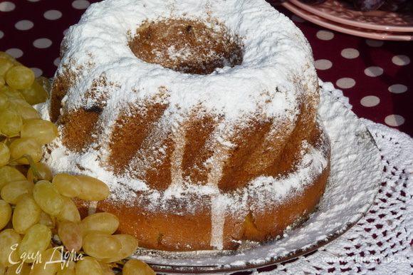 Готовый кекс полить глазурью (по желанию) или присыпать сахарной пудрой.
